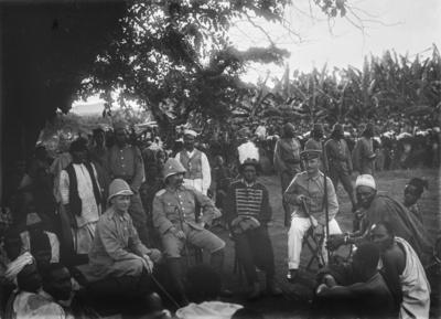 Meyer, Hans: 1886/1898, Zusammenkunft in Marangu, Graf Hans Hermann von Schweinitz, das Oberhaupt der Chagga in Uniform, Hauptmann Kurt Johannes