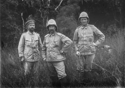 Meyer, Hans: 1886/1898, Gruppenbildnis, Gruppenbildnis von Hauptmann Kurt Johannes (links), Graf Hans Herrmann von Schweinitz (rechts)