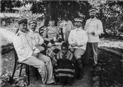 Meyer, Hans: 1886/1898, Gruppenbildnis, Gruppenbildnis von Hauptmann Kurt Johannes (rechts sitzend), seiner Frau Amely sowie weiteren Personen