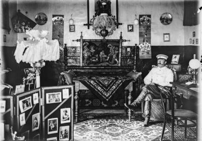 Meyer, Hans: 1886/1898, Hauptmann Kurt Johannes sitzend in der Unterkunft für Offiziere in Moshi