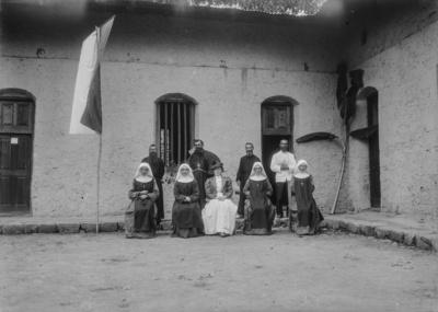 Meyer, Hans: 1886/1898, Gruppenbildnis der Expeditionsreisenden mit Laienbrüdern und Trappistinnen. Amely Johannes sitzt zwischen den Trappistinnen und Pater Rohmer steht links außen