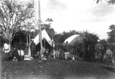 1889 - Meyer, Hans: Kilimandjaro. Marangulager (südlich Basecamp der Erstbesteigung, rechts L. Purtscheller und Hans Meyer) mit bewaffeneten Wadschagga vor den Zelten